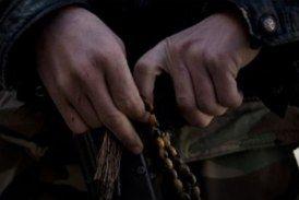 مقاتل يبكي والده الذي حرقه النظام في مجزرة تسنين بحمص قبل عامين