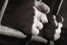 معتقل سابق يصف معتقلات النظام بأقسى من نظيرتها في أبو غريب