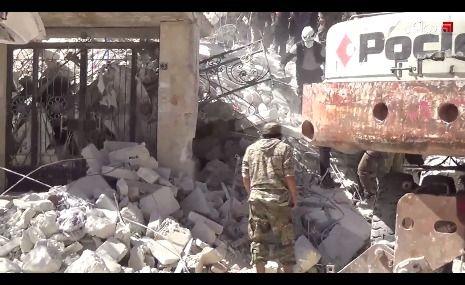 الدفاع المدني ينتشل جثة امرأتين من تحت الأنقاض في إدلب بعد 3 أيام من استهداف المدينة من طيران النظام