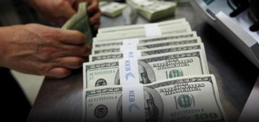 """اقتصادي يرى أن انخفاض سعر """"الدولار"""" في المناطق المحررة يعود لعدم فك الحصار عن حلب"""