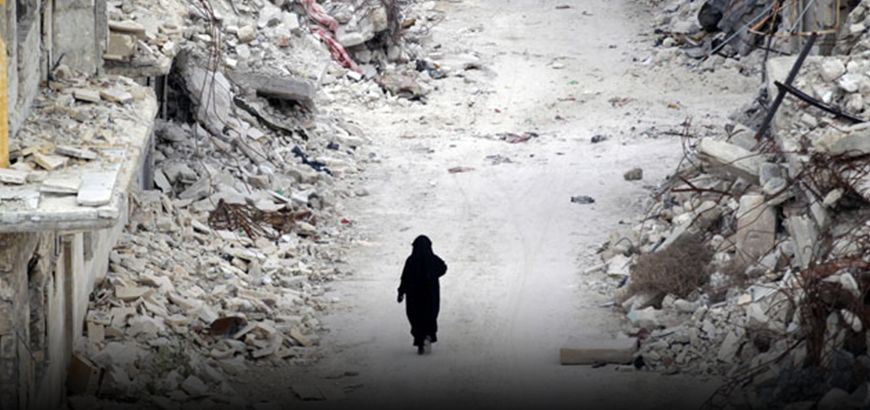"""أم محمد"""" امرأة من إدلب تضطر لبيع مقتنيات منزلها لتعالج يدها التي أصيبت بالقصف"""