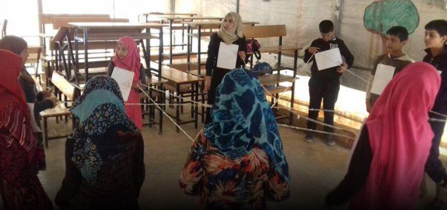 """مستهدفة 115 طفل.. استمرار مؤسسة """"خطوات"""" في تنفيذ ورشات الدعم النفسي في بلدة أطمة"""